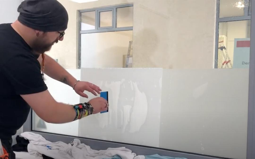 Fensterverklebung mit Milchglasfolie einfach erklärt!